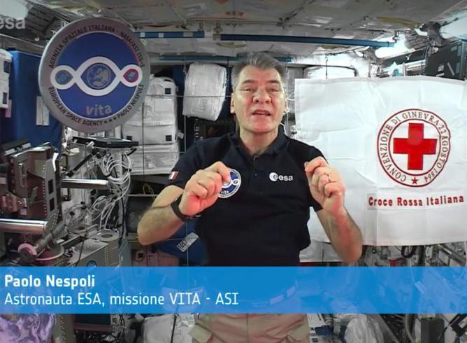 La bandiera della Croce Rossa nello spazio insieme a Paolo Nespoli